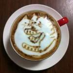 Chatons dessinés dans du café