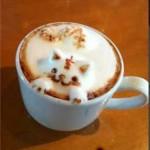 Un chat sculpté dans la mousse de café